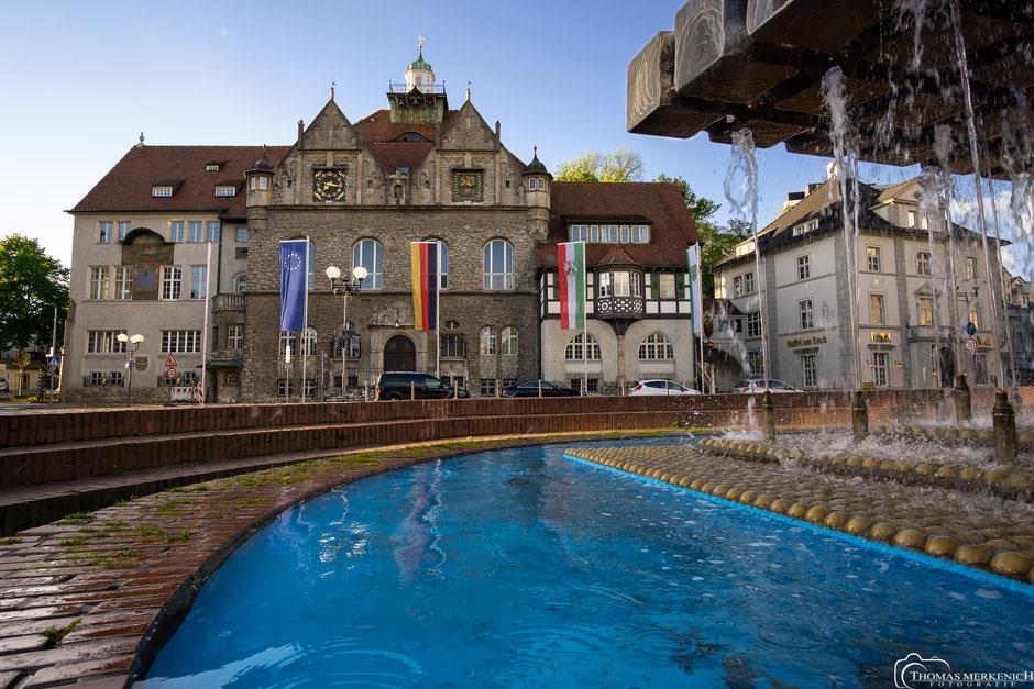Rathaus Bergisch Gladbach mit Brunnen im Vordergrund