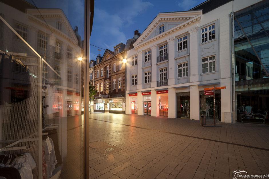 Historische Fassade des Kaufhauses Peek & Cloppenburg in Bergisch Gladbach zur blauen Stunde