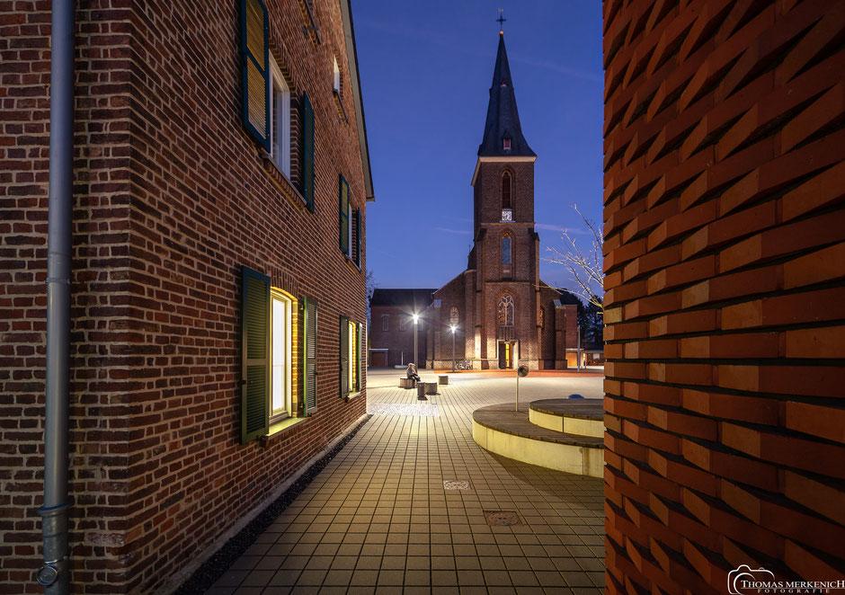 Kirche Sankt Johann Baptist in Refrath zur blauen Stunde