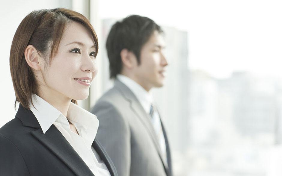 前向きに希望を抱き目を輝かせる男性と女性社員