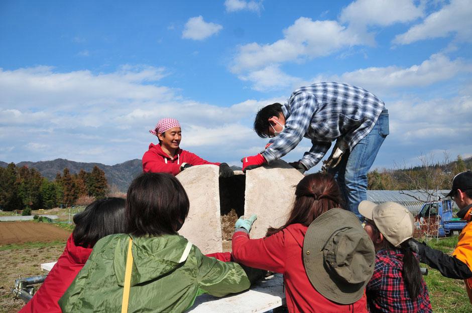 皆で移動分解式のモバイル石窯を作っているところ@すどう農園