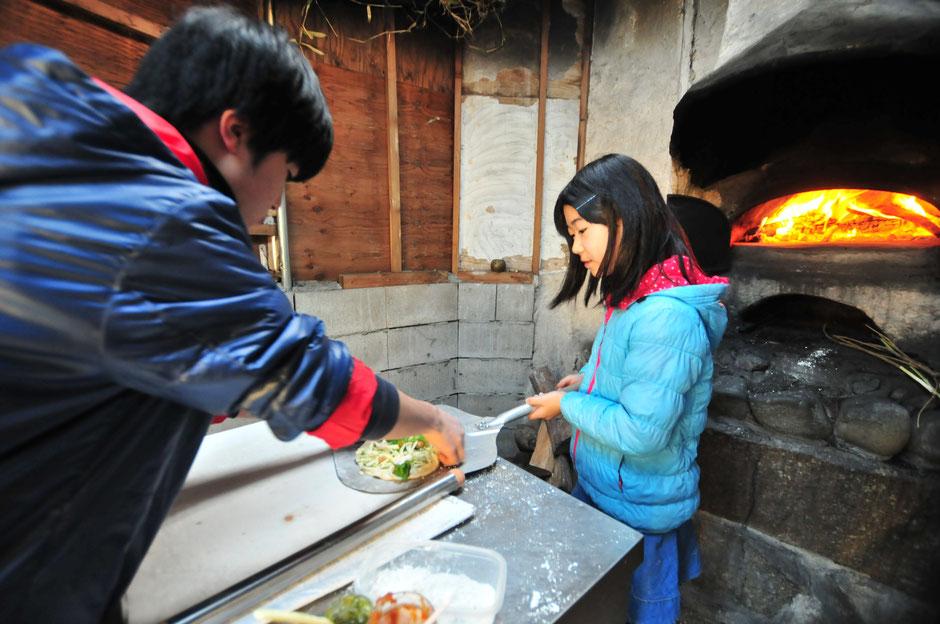 我が家の石窯も自作です。家族で折々にピザなど作って楽しみます。皆さんを読んでパーティーも、いいですね。