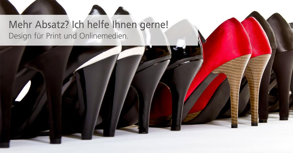 Der Schuhabsatz von Frauenschuhen zeigt wie Grafikdesign (rote Schuhe) sich in der schwarzen Schuhmasse abheben.