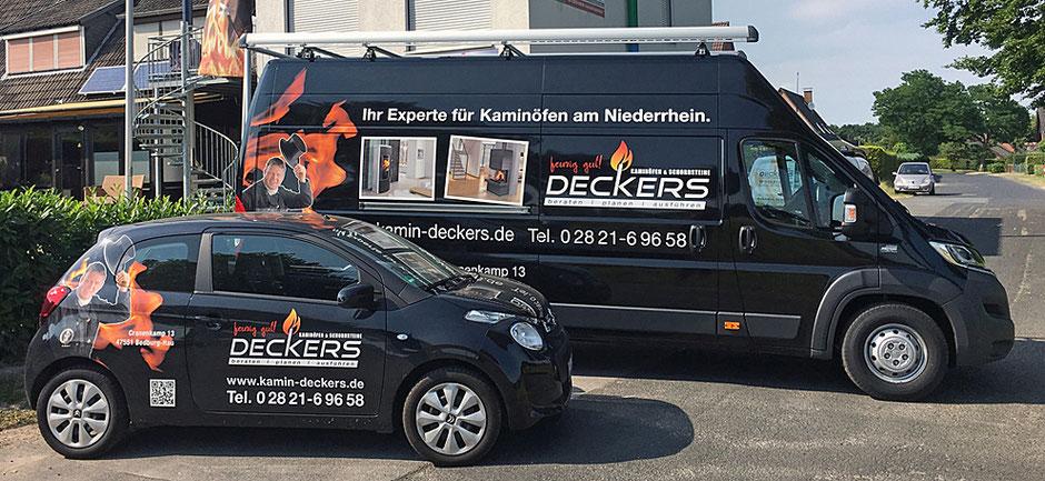 PKW und Transporter in schwarz mit Fahrzeugbeschriftungen von Kamin Deckers.