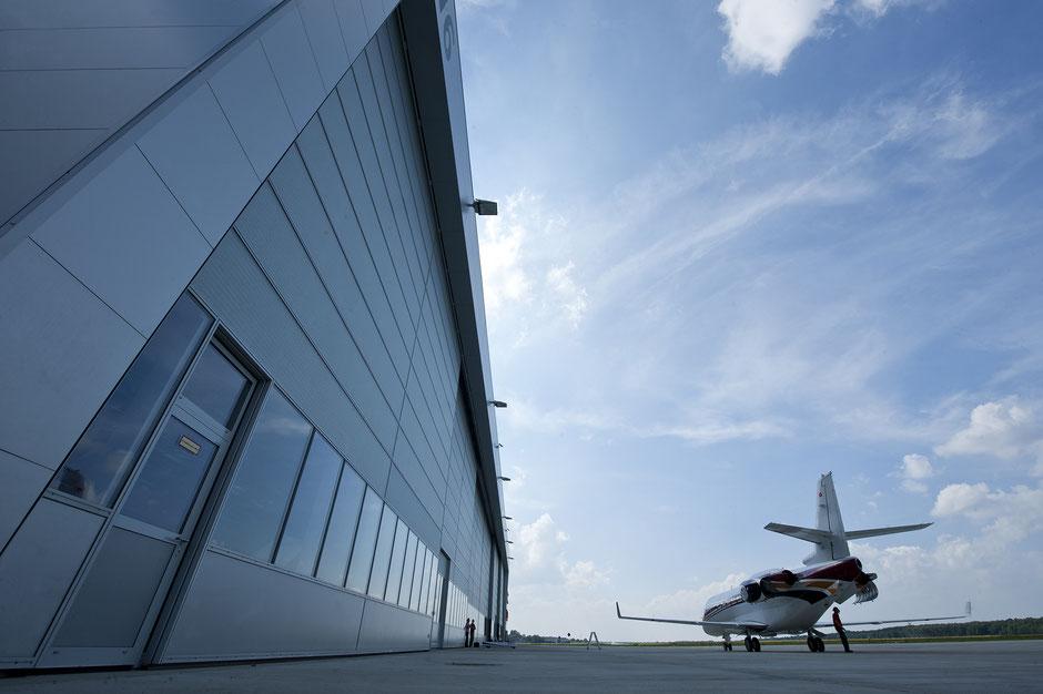 Industrie- und Werbefotografie, Challenger vor dem Hangar, Hannover, Flugplatz