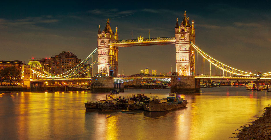 Foto der Tower Bridge in London an der Themse bei Nacht
