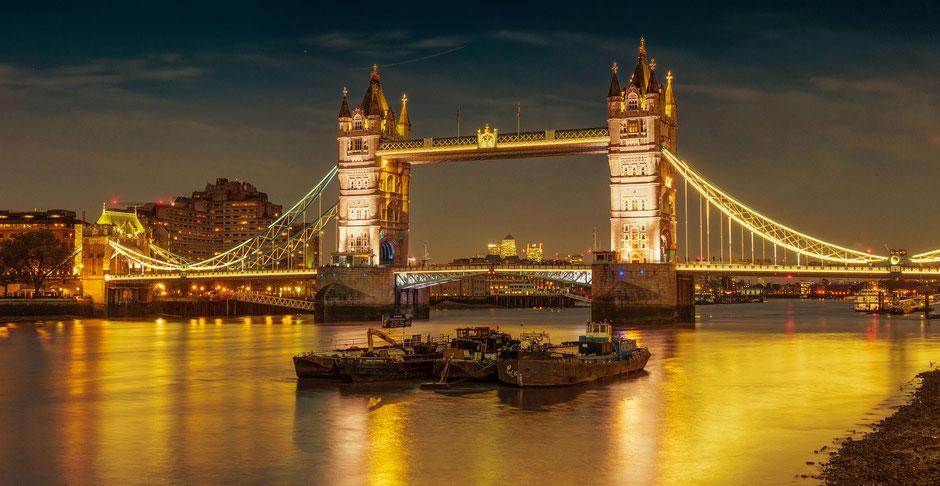 Foto der Tower Bridge in London an der Themse bei Nacht
