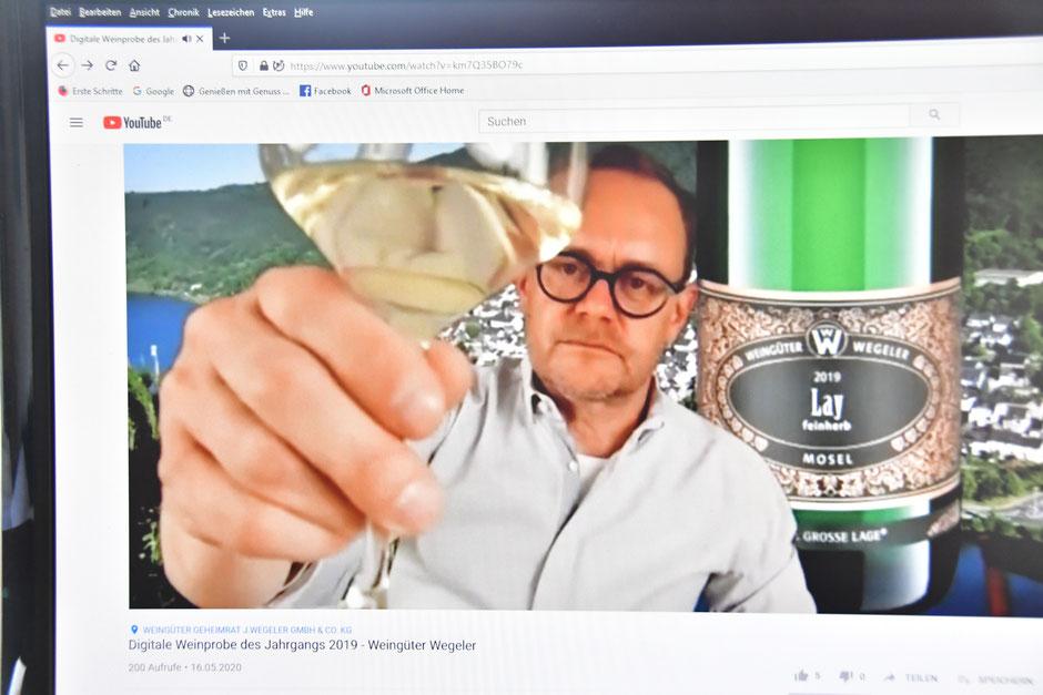 Moderator HP Mayer - fotos copyright: regina trabold (abfotografiert von der Übertragung der Live-Verkostung)