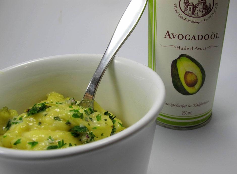 Paleo Mayonnaise aus Avocadoöl und frischem Eigelb