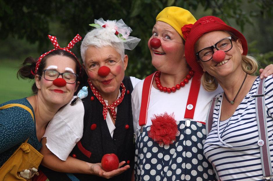 """Die Schweriner Klinikclowns Rosina, Fine, Kiki und Trine freuen sich und sagen """"Hallo"""" im Namen des gemeinnützigen Verein """"Die Nasen""""e.V."""