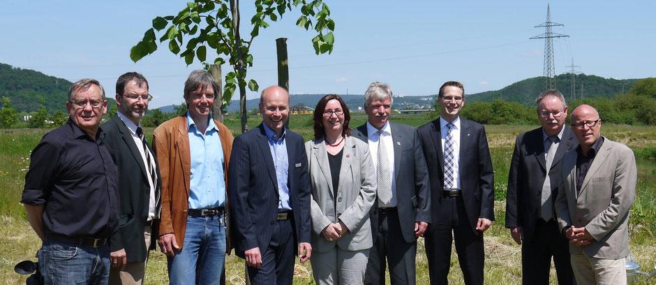 Zeiteninsel-Förderer 2013 v.l.n.r.  Krantz (Vorstand), Dr. Morr (Landkreis MR-BID), Dr. Thiedmann (Vorstand), Dr. Mc Govern (LK MR-BID), Dr. Weinbach (Stadt Marburg), Eidam (Gemeinde Weimar), Fink (Sparkasse), Kemper (Raiffeisen Ebsd.), Laufner (Stadt MR)
