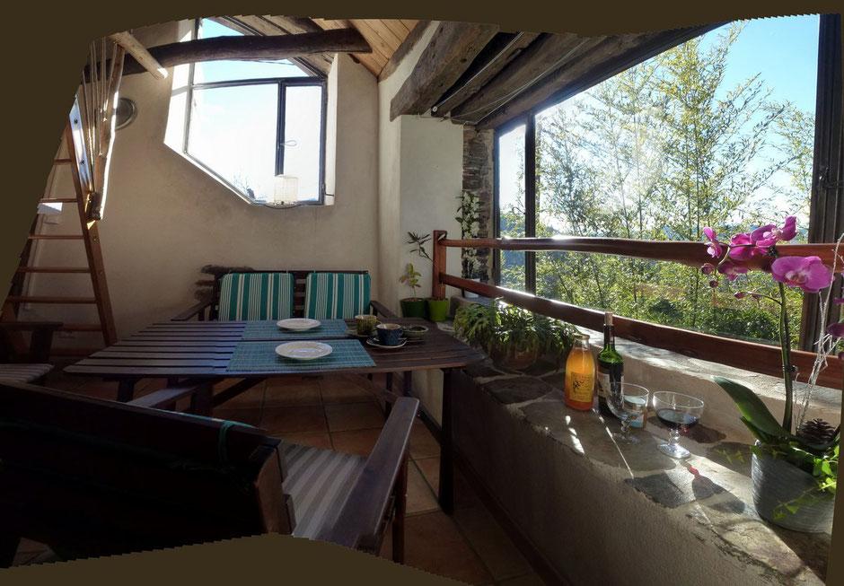 Terrasse couverte donnant sur la montagne et le jardin. Sans vis-à-vis