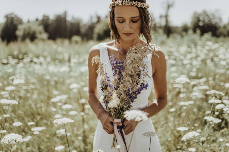 schlichte Brautkleider - geradlinig und edel - - elementar Brautkleider 2021 - nachhaltig und fair hergestellt