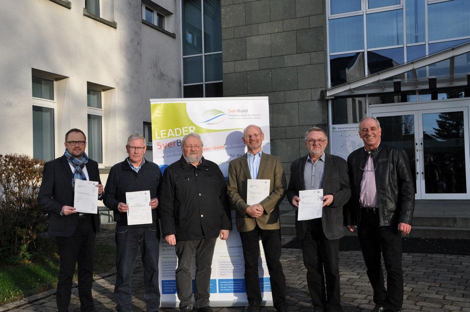 Die Projektträger Alfred Schmidt, Werner Dreier, Franz Pieper (1. Vorsitzender der LAG), Gerhard Henneke, Dieter Bräutigam und Franz Linneboden halten stolz ihre Zuwendungsbescheide in den Händen