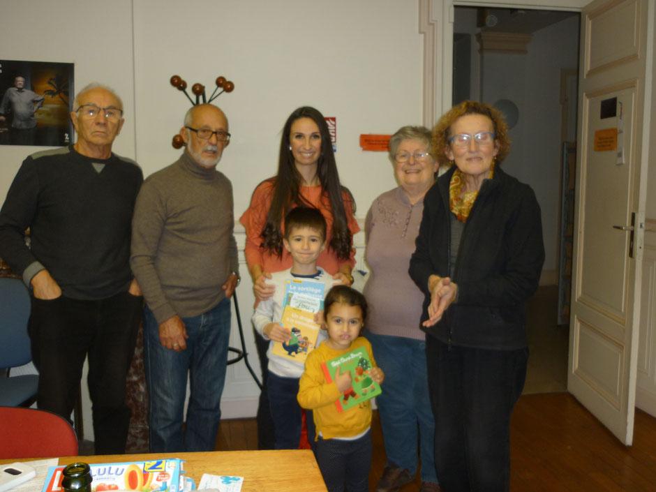 Quatre lauréats pour notre lâcher de ballons des fêtes d'automne. Trois étaient présents pour le goûter et la remise des livres/cadeaux. La photo est diffusée avec l'autorisation parentale des enfants présents.