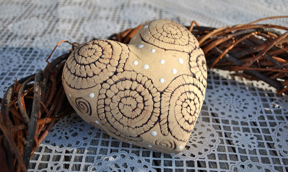Herz aus Steinzeugton, rustikale Gartenkeramik