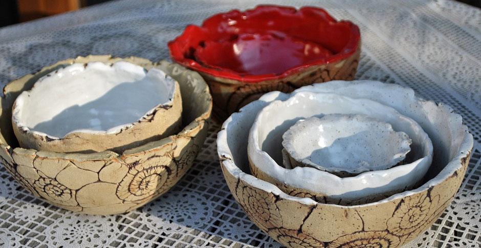 Schalen Schüsseln aus rustikaler Keramik
