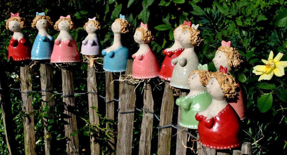 Zaunhocker-Mädels in verschiedenen Farben und Größen aus frostfester Steinzeugmasse