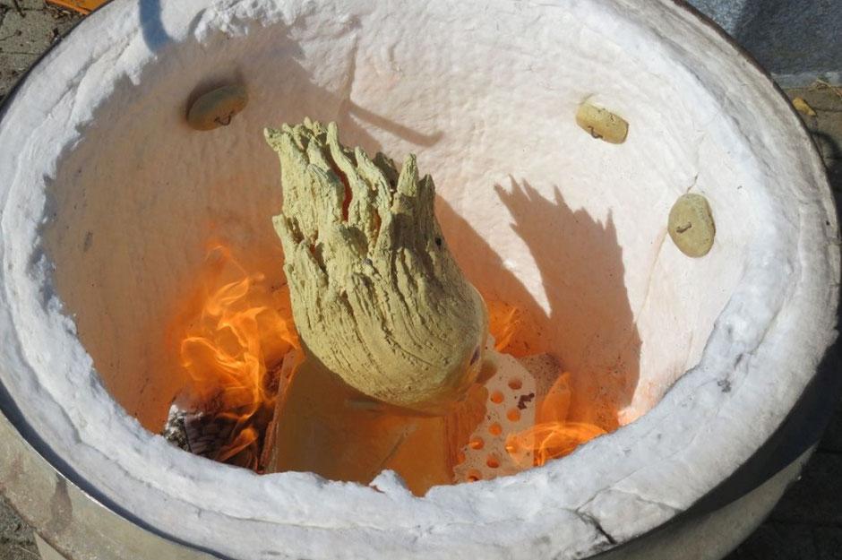 Raku-Keramik im Feuer brennen