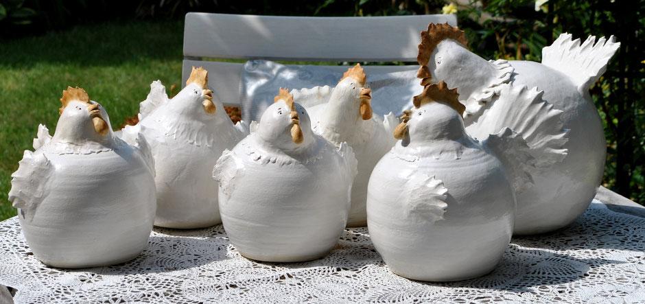 Hühner aus Keramik für den Landhausgarten