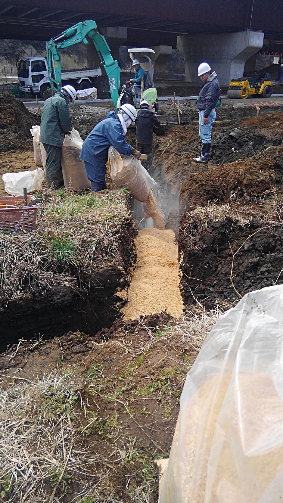 暗渠を施工している現場の写真です。