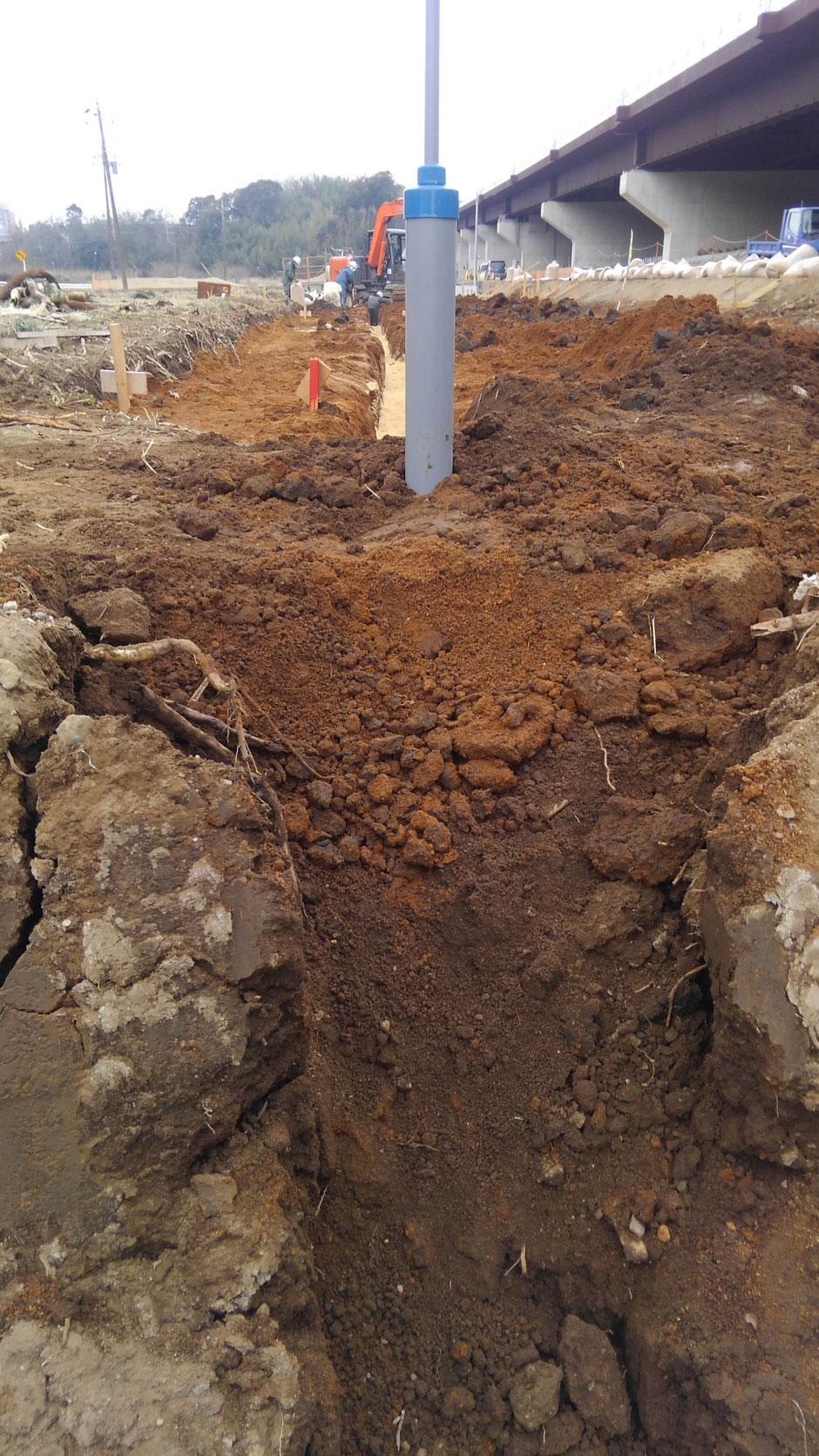 暗渠施工における、水閘立ての作業写真。