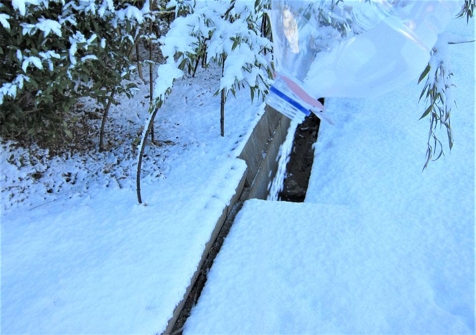 錆びない・環境に優しい・すぐ効く・長く効く「雪解け一番手」と尿素との効果比較写真