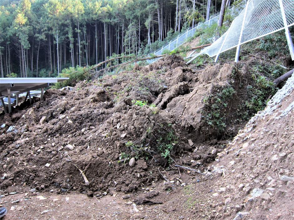 豪雨で、土の斜面が崩した現場場の写真です。このような場合は、布団カゴで予め土留をする必要があります。