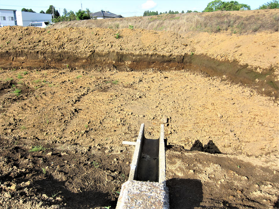 畑の暗渠をする場合に、どこに暗渠水を流すかが問題となります。近くに排水路や下水道がない場合には、自分で貯水池や浸透池を掘る方法があります。