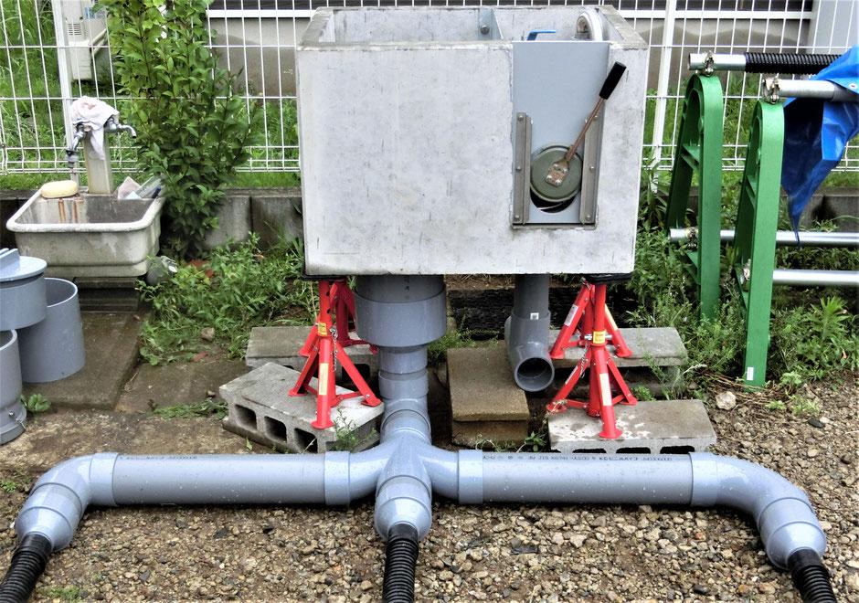 通常の暗渠排水にアド給水枡を取り付ければ簡単に地下水位調整が出来ます。しかも、集中管理孔として暗渠パイプの洗浄もできます。