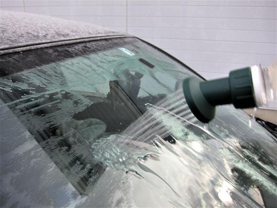 シャワーで凍った部分をすぐの溶かし、再度凍結しない環境に優しい非塩で非尿素の凍結防止剤です。