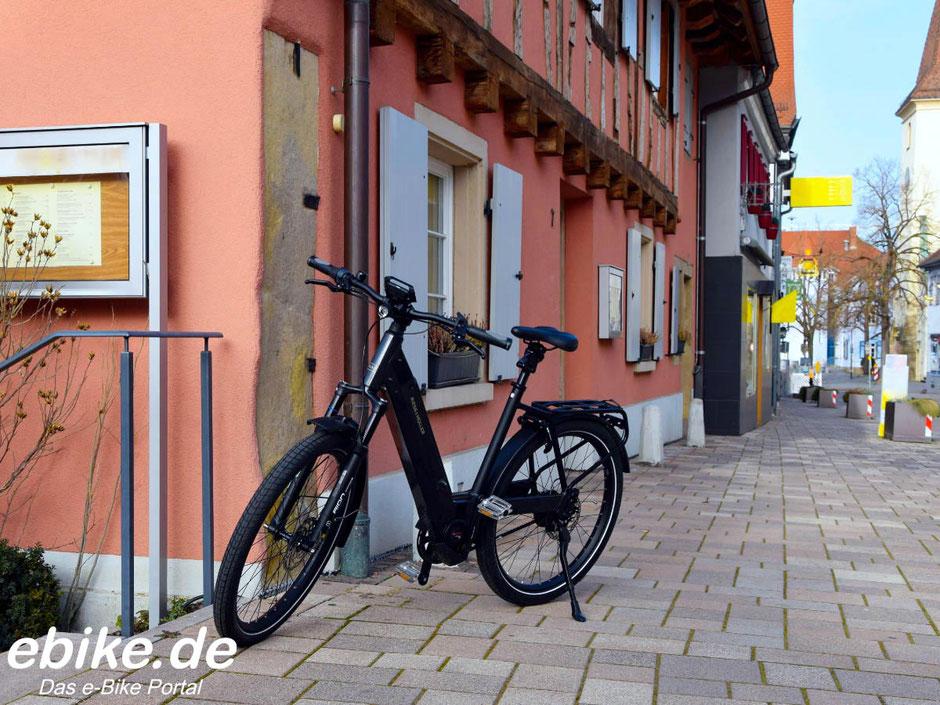 Riese & Müller Nevo3 GT vario steht auf der Straße