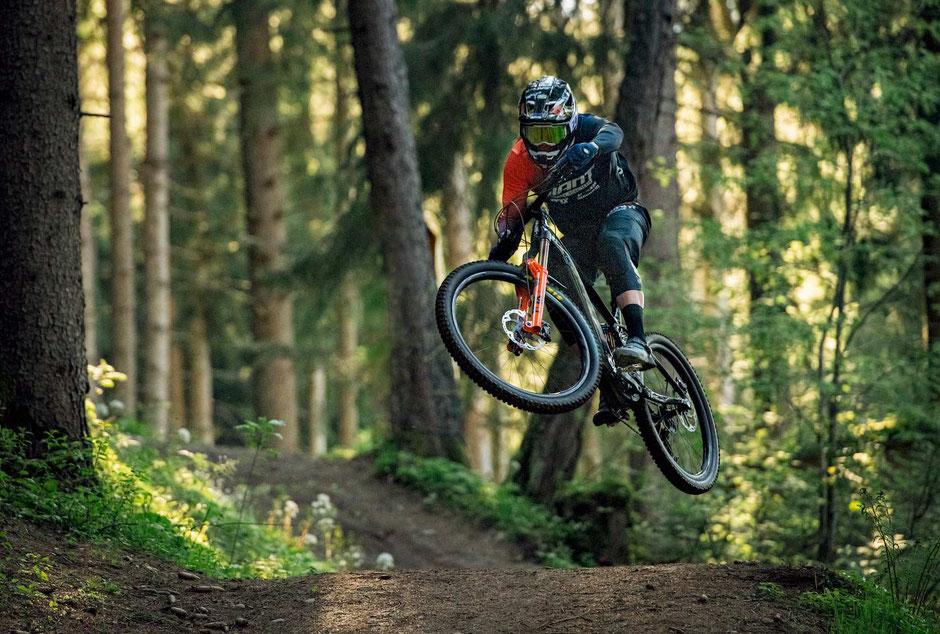 e-Mountainbiker springt mit dem Giant Reign E+ 2022