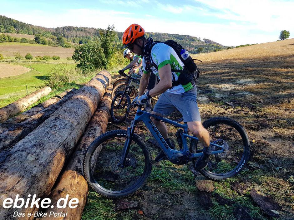 Fahrtechnikübungen auf e-Mountainbikes von FOCUS