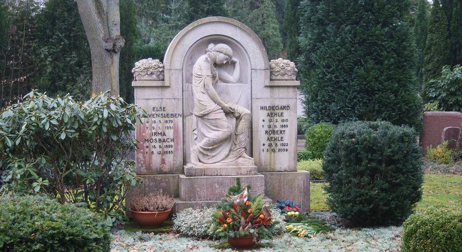 Höchste Steinmetzkunst die von der Friedhofsverwaltung unter Denkmalschutz gestellt wurde.