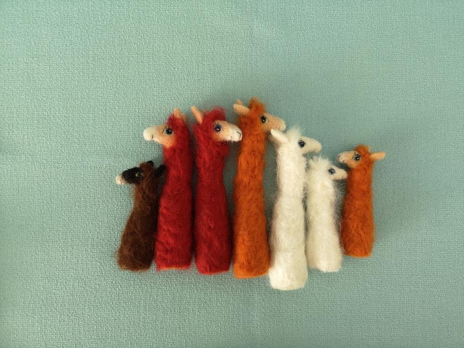handgefilzte Lama Fingerpuppen von Faserverbund, in dunkelbraun, rotbraun, orange und weiß aus 100% Wolle
