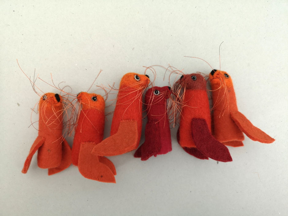 Fingerpuppen, Bartrobbe, 100% Wolle, rot und orange