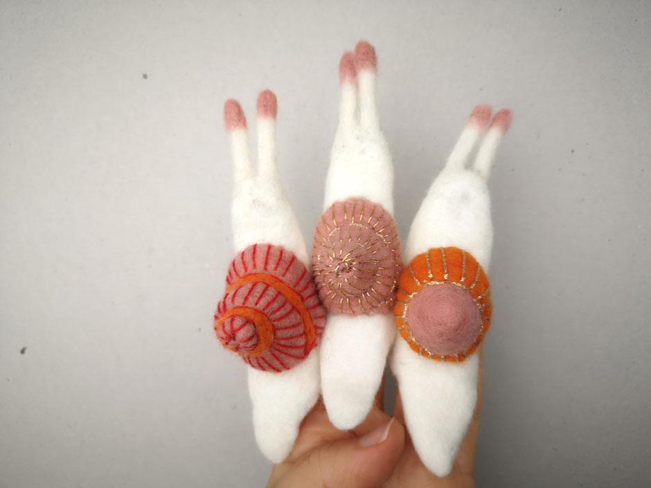 Fingerpuppe Schnecke mit besticktem Schneckenhaus, handgefilzt