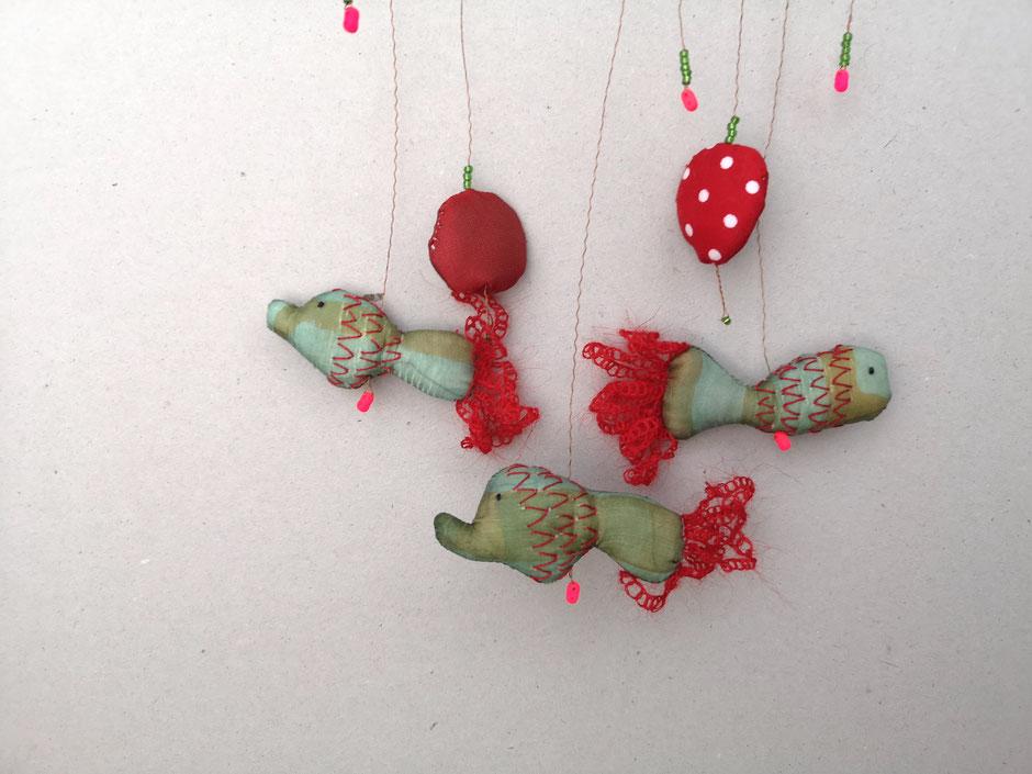 Mobilé mit genähten, bestickten Fischen in rot und Grüntönen, von Faserverbund