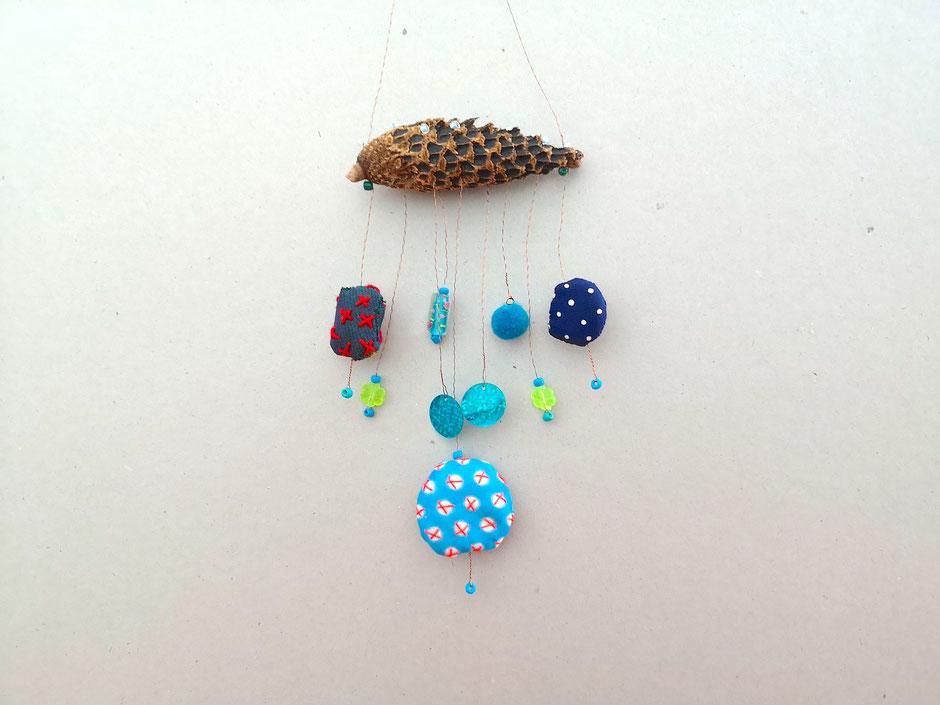 Mobilé mit bestickten textilen Elementen, Perlen und Pailletten in Blautönen