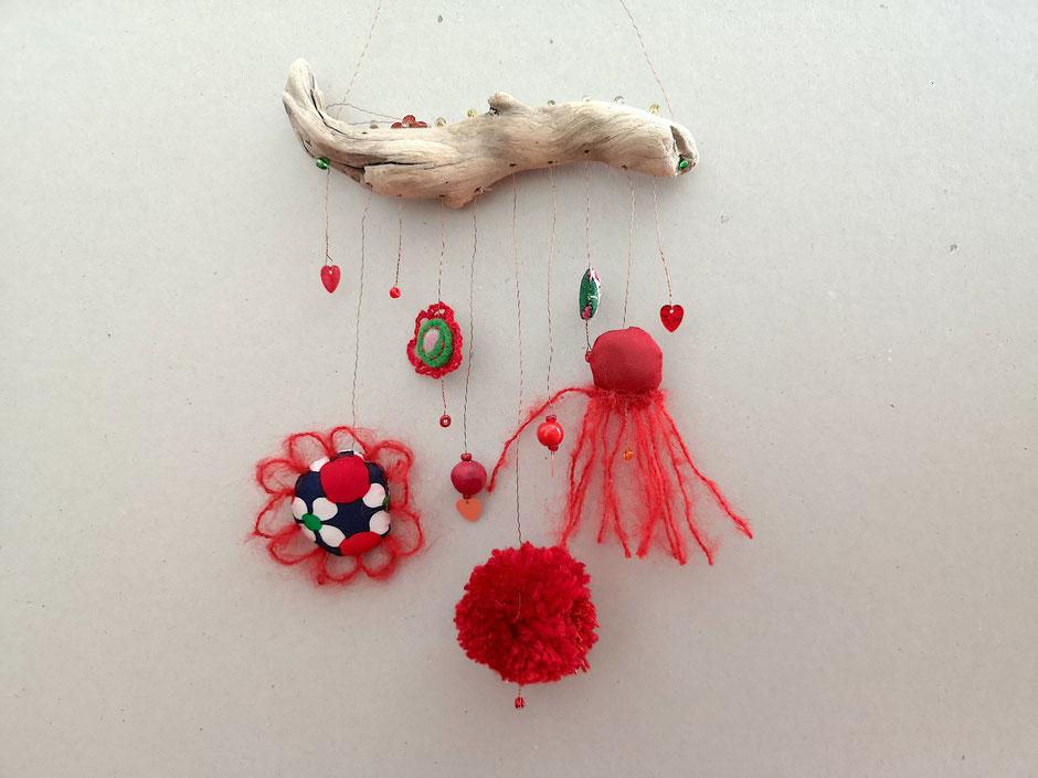 Textiles Mobilé aus Perlen, Pailletten und genähten Objekten an einem Treibholz Fundstück
