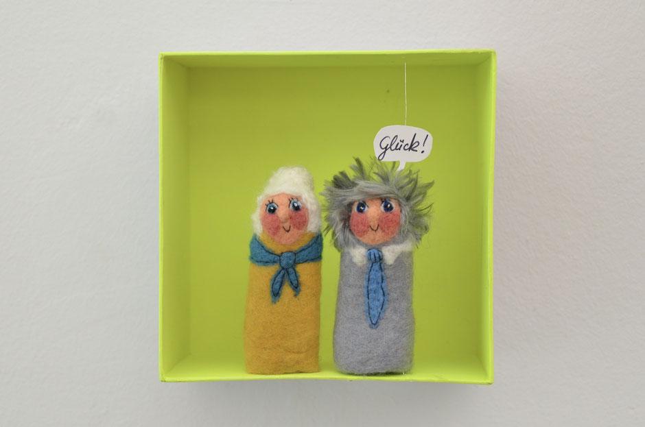 handgefilzte Fingerpuppen von Faserverbund, Oma und Opa in einer Box aus Karton