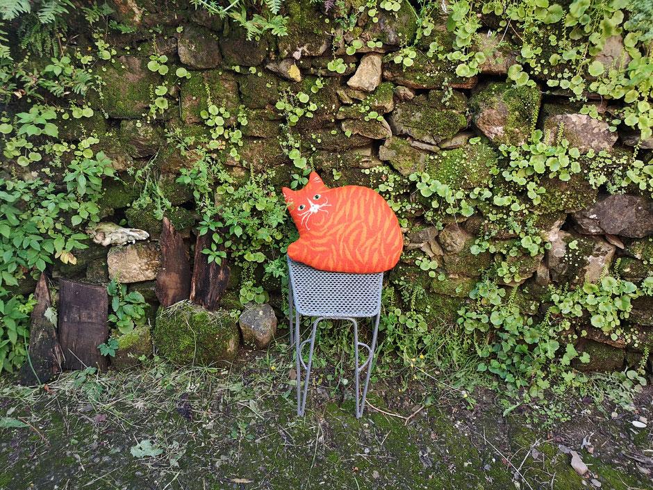handgefilztes Kissen Katze orange gestreift aus Wolle mit Kapokfaser gefüllt