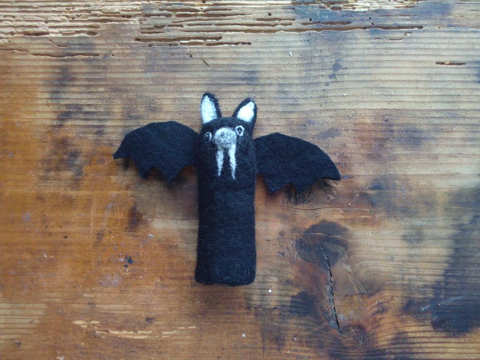 Fingerpuppe schwarze Fledermaus aus 100% Wolle, von Faserverbund