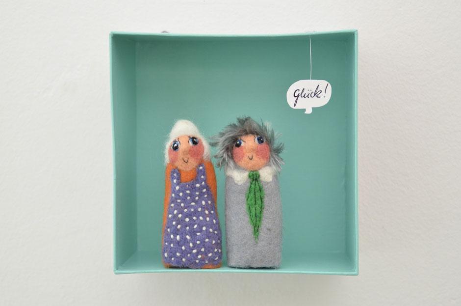 handgefilzte Fingerpuppen aus Wolle, von Faserverbund Stuttgart, Oma und Opa, in einer Box aus Karton