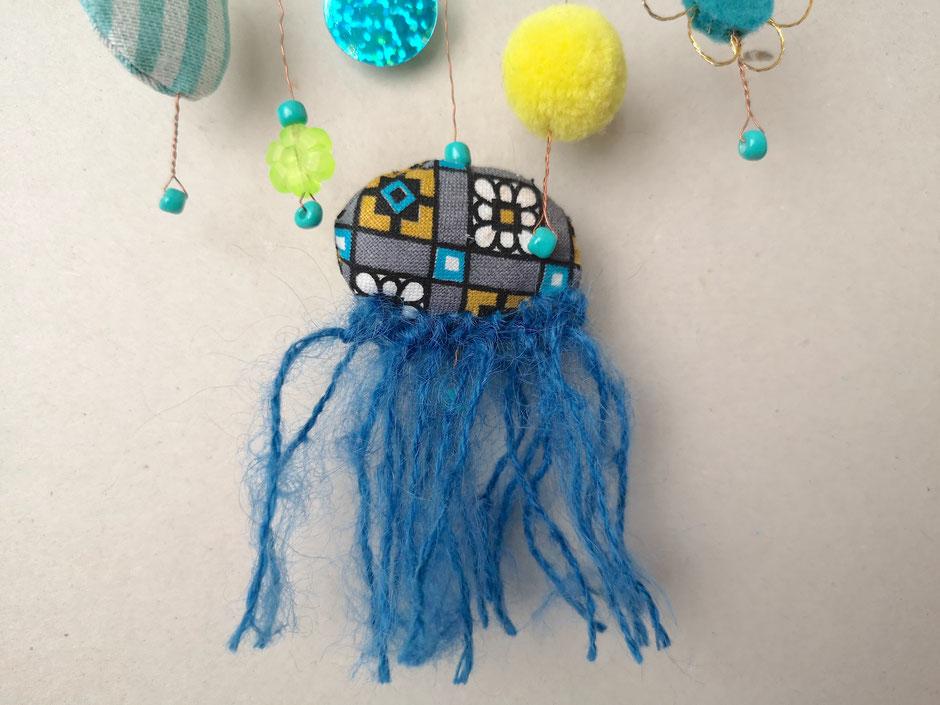 textiles Mobilé von Faserverbund in Blautönen