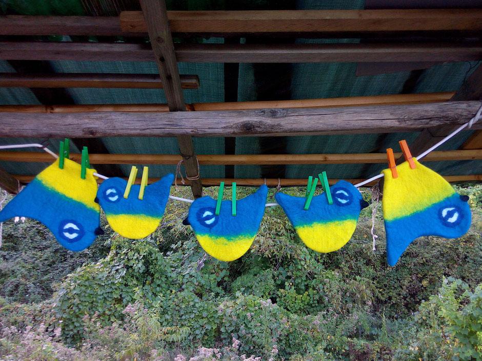 handgefilzte Blaumeisen die zu Umhängetaschen verarbeitet werden