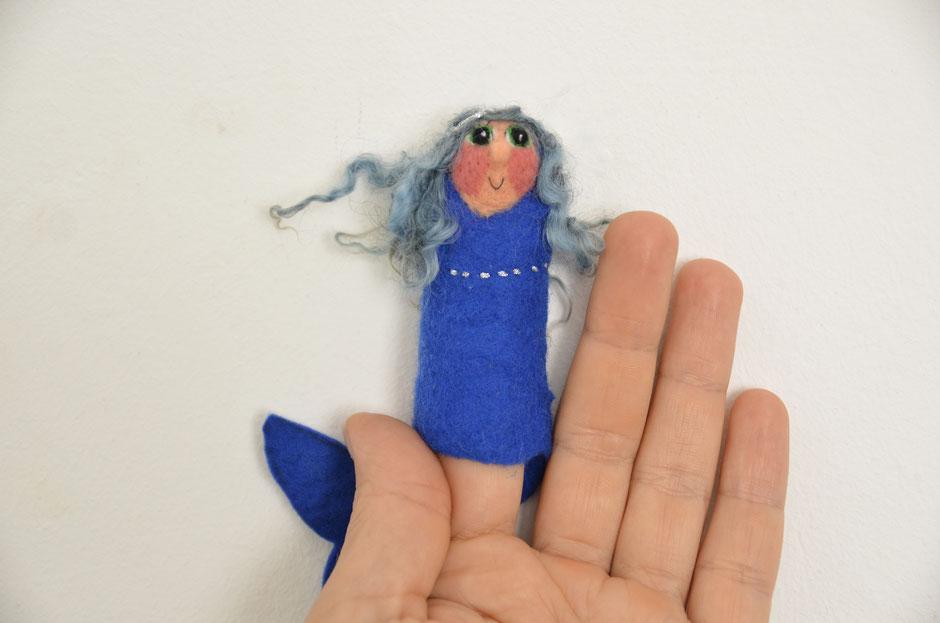handgefilzte Fingerpuppe von Faserverbund, Meerjungfrau mit blauen Locken, aus Schafwolle