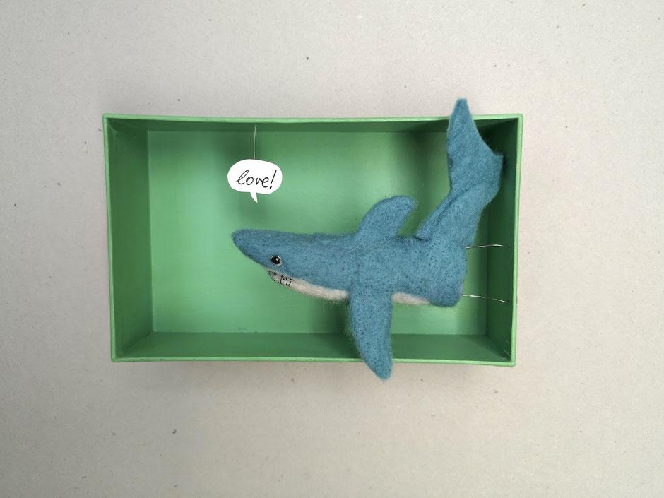 handgefilzte Hai Fingerpuppe in einem Karton