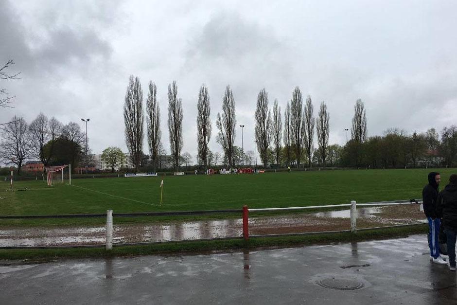 Trübes Wetter, aber ein noch trüberes Ergebnis für den FC St. Fouli in Neuaubing gegen die Atalanta Locos.